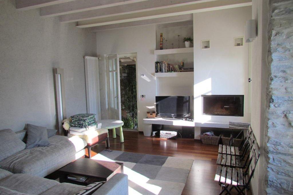 Villa Moltrasio - soggiorno con camino