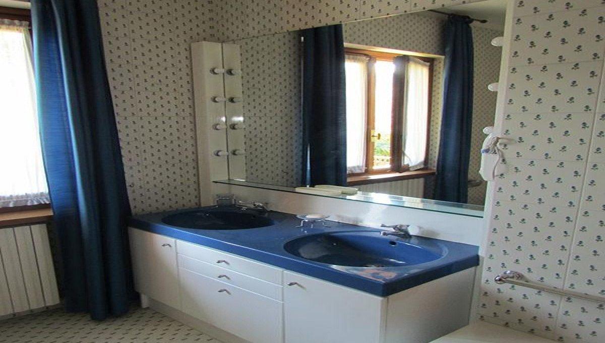 bagno azzurro e bianco