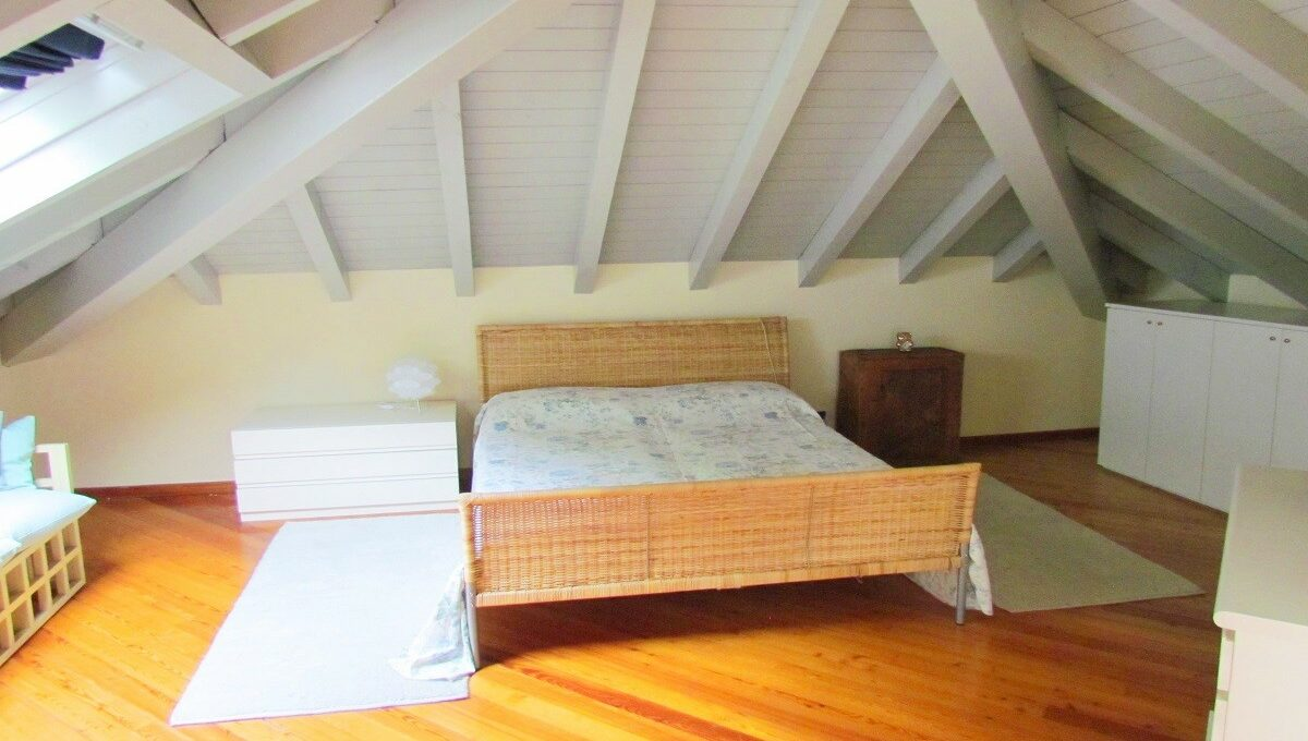 camera da letto nella mansarda