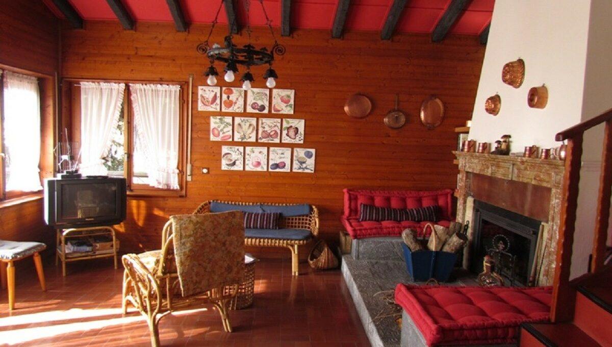Villino a Sagno soggiorno salotto con camino