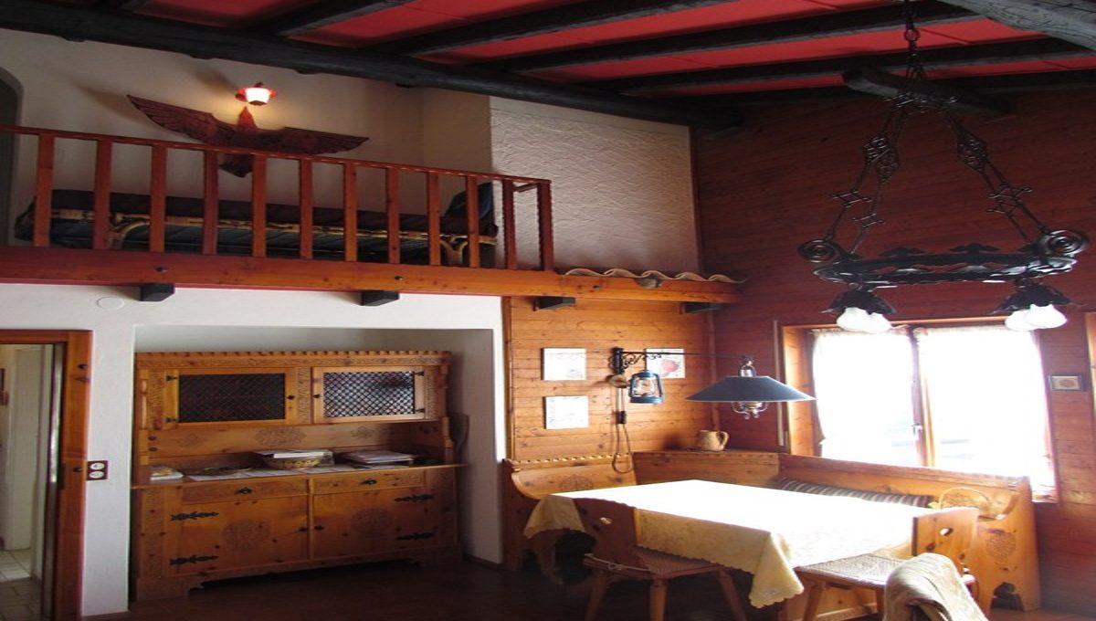 Villino a Sagno particolare della balconata interna sul soggiorno