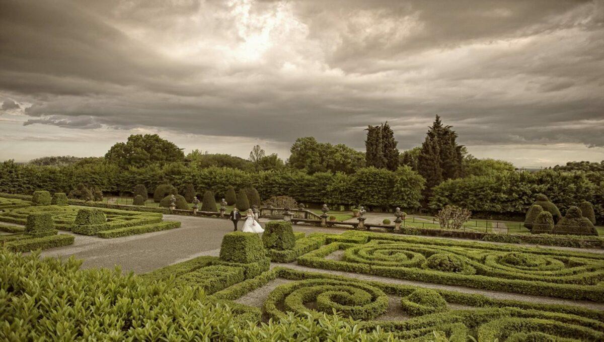 particolare dei giardini all'italiana fronte villa