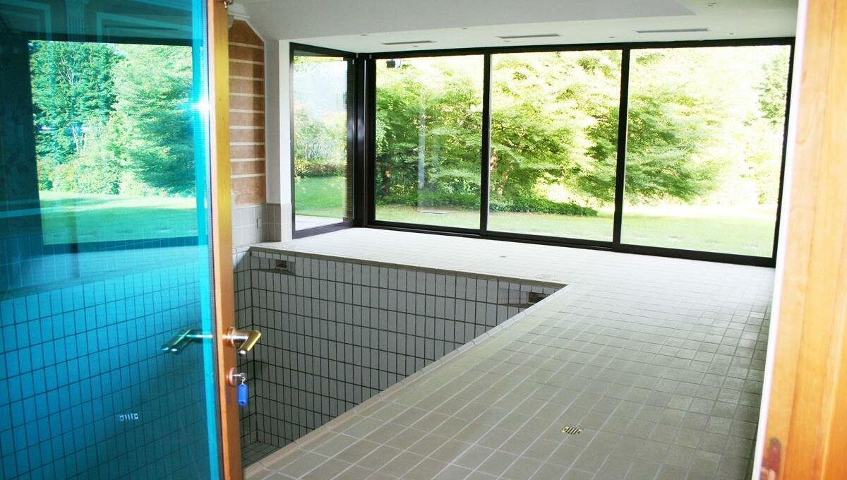 piscina con vista sul giardino