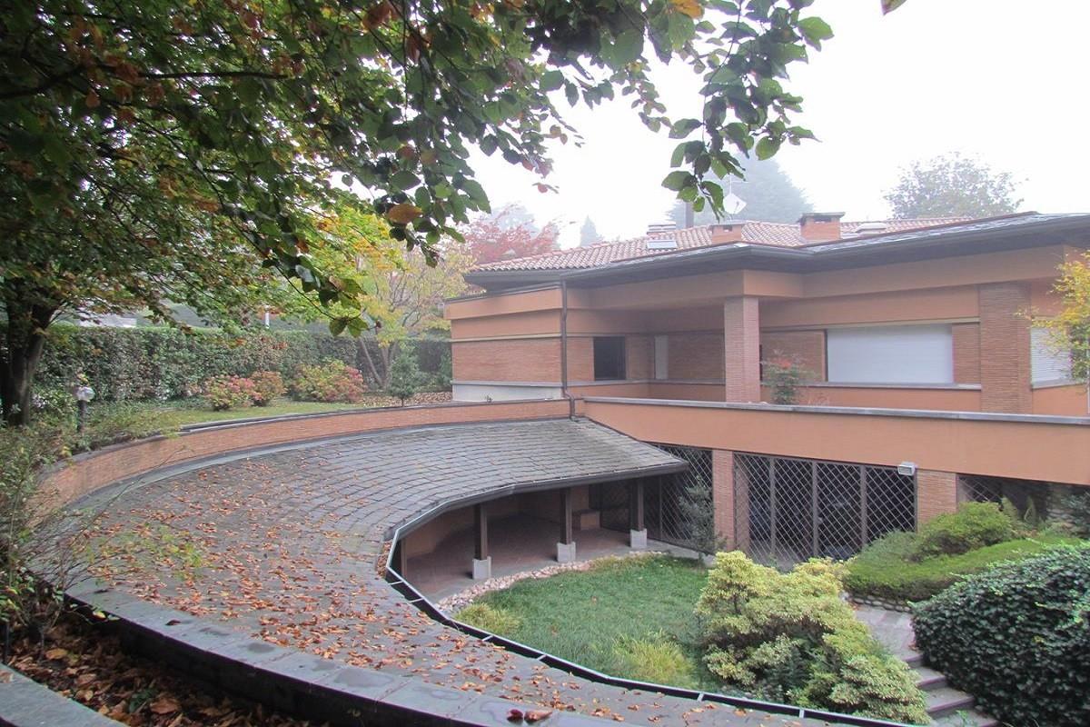 Carimate Villa con piscina coperta e parco in via al Ronco n. 21