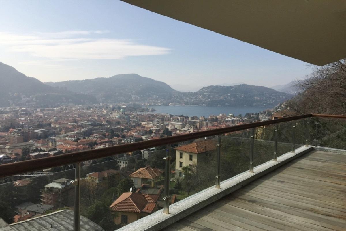 Villa con incantevole vista sul lago e città di Como
