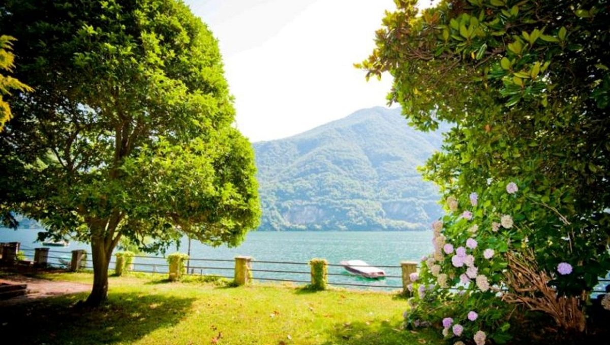 Incantevole giardino bordo lago