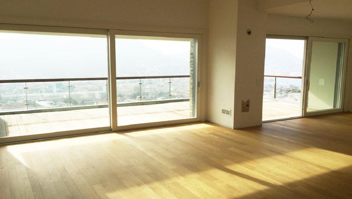 Soggiorno open space con ampie vetrate e terrazzo