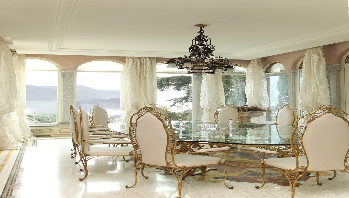 sala da pranzo con vista lago