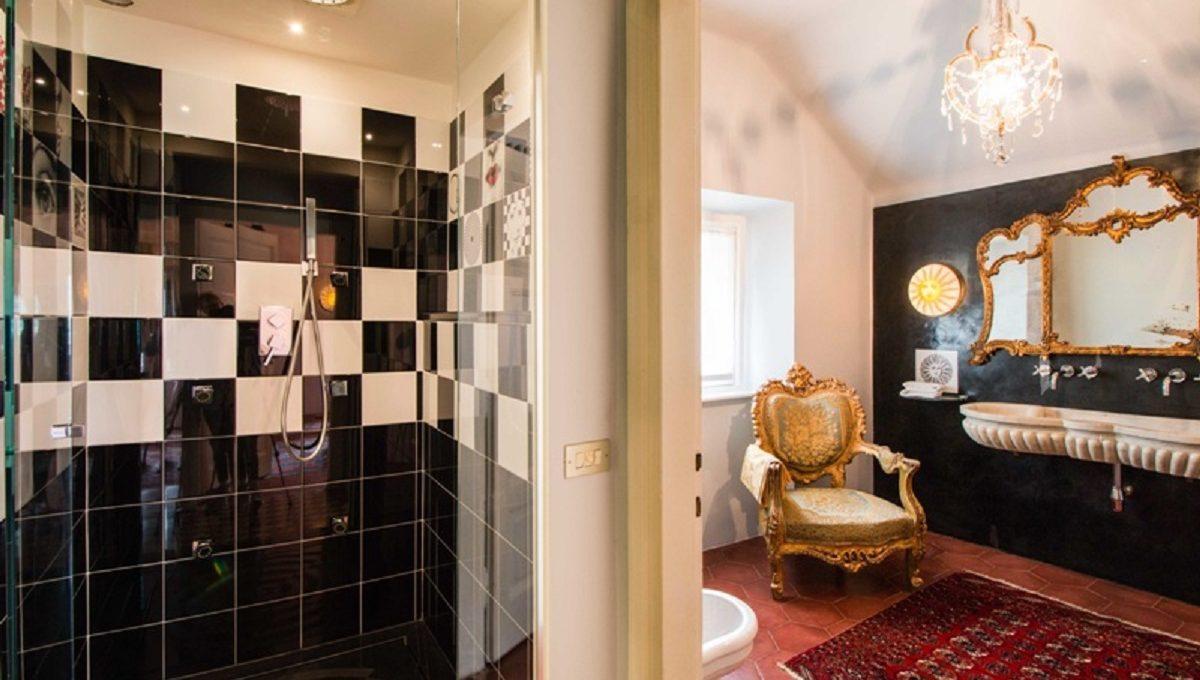 Bagno con doppio lavabo e doccia