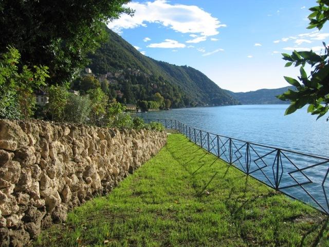 parco bordo lago