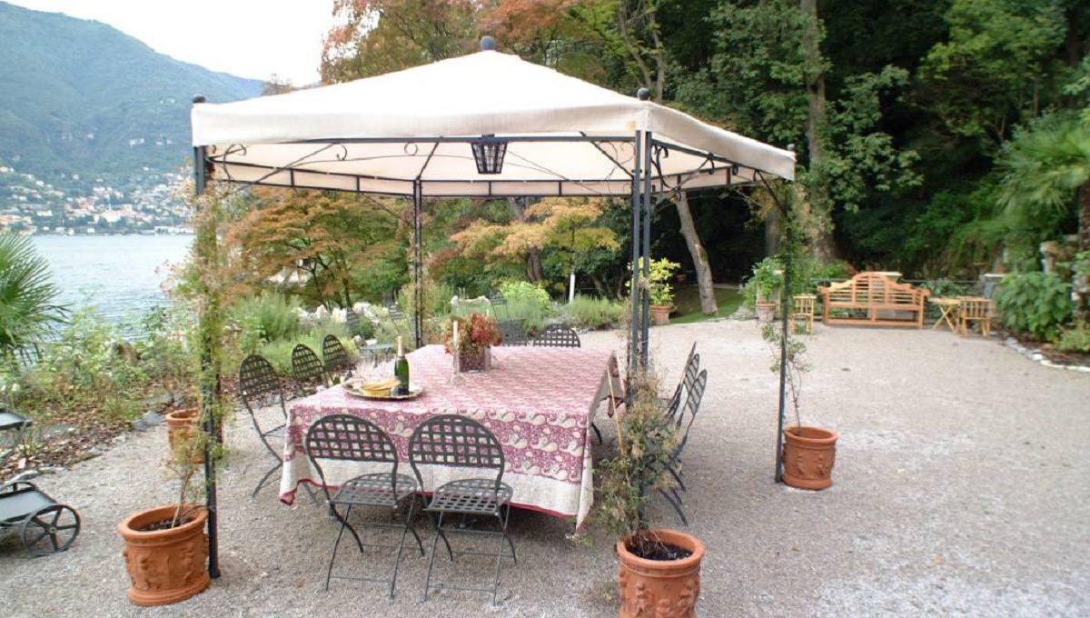 Veranda per colazione o cena vista lago