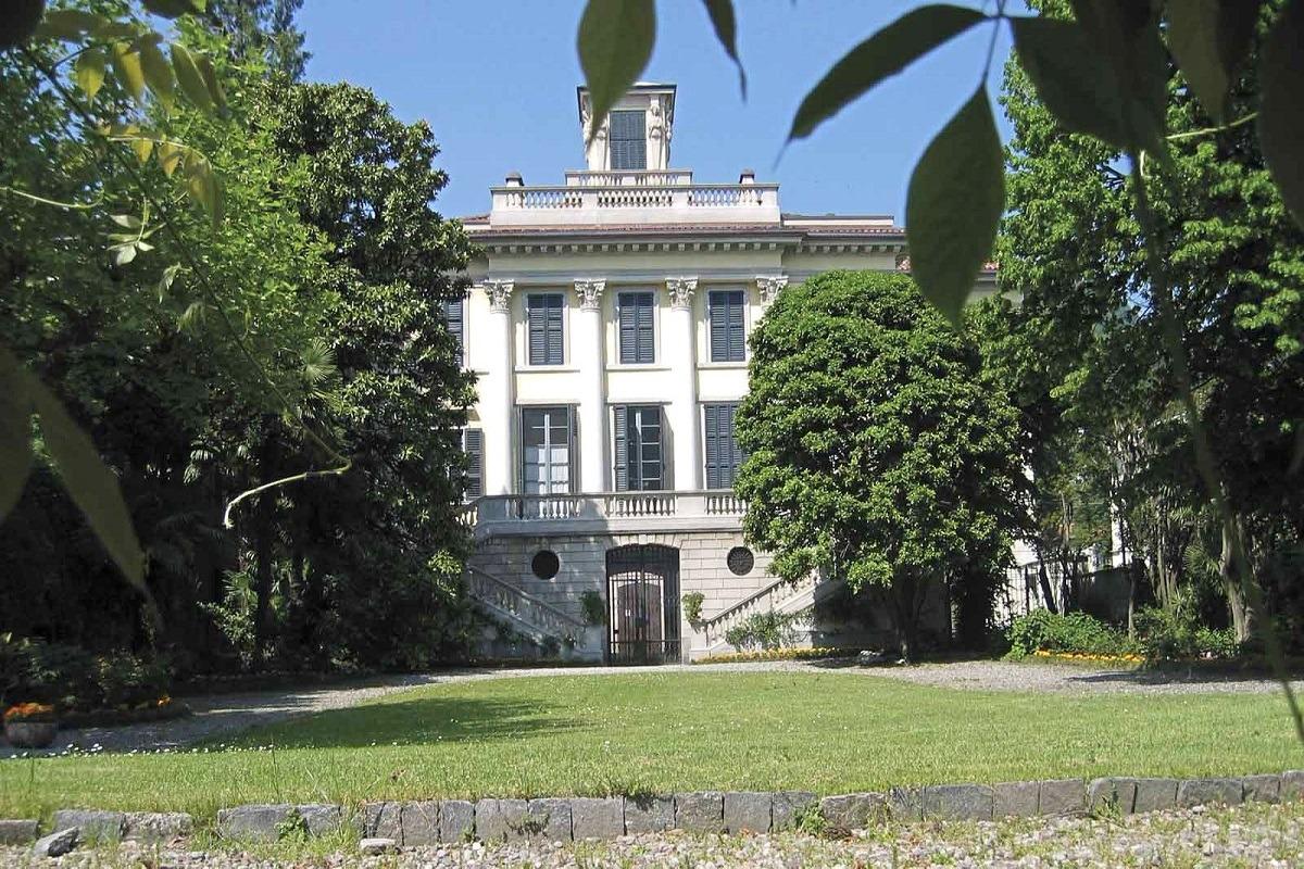 Como elegante appartamento in storica villa pied dans l'eau