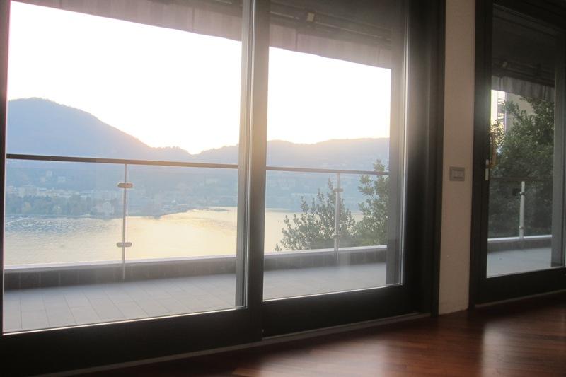 Vista al tramonto dalle ampie vetrate