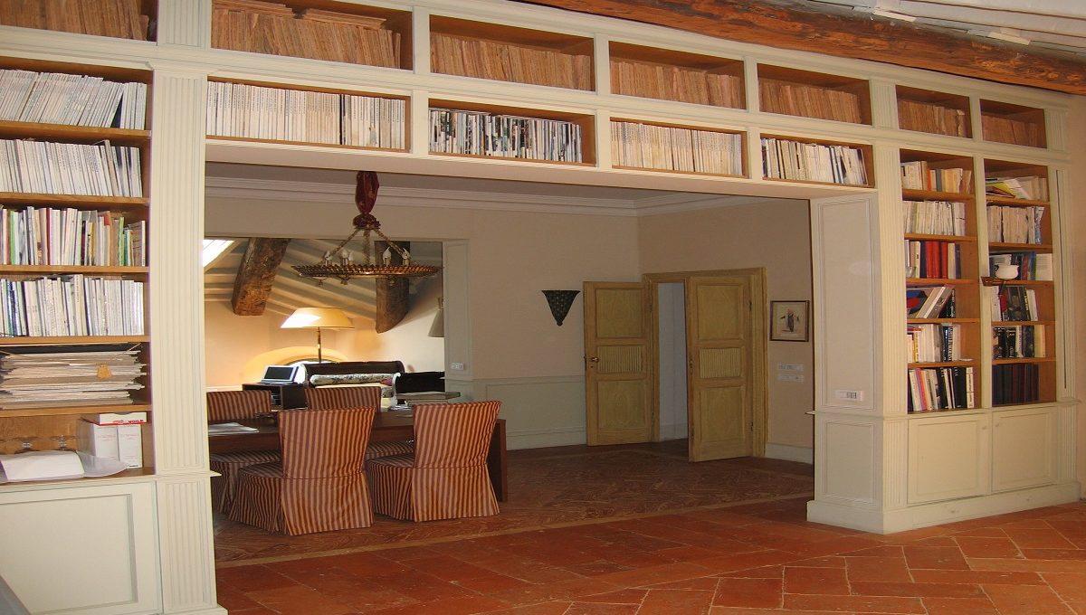 Libreria all'ultimo piano della villa