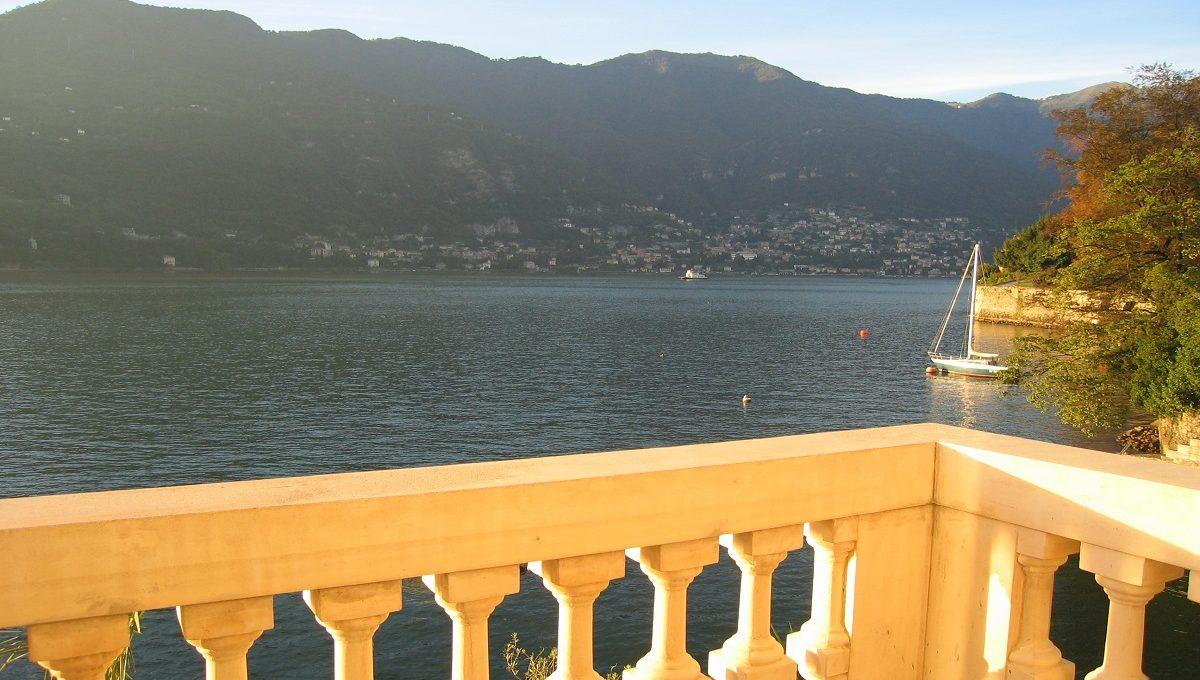 Veduta del lago da un balcone delle camere
