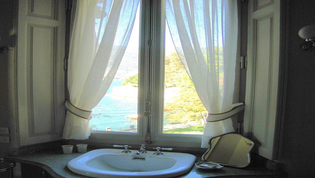 bagno con vista lago