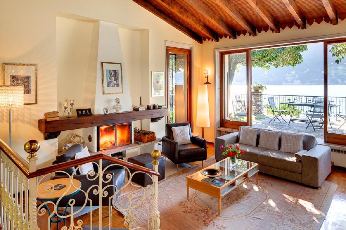 Soggiorno con vetrate vista lago u tettamanti real estate