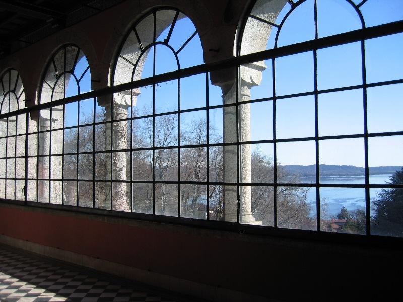 Ampie vetrate vista lago