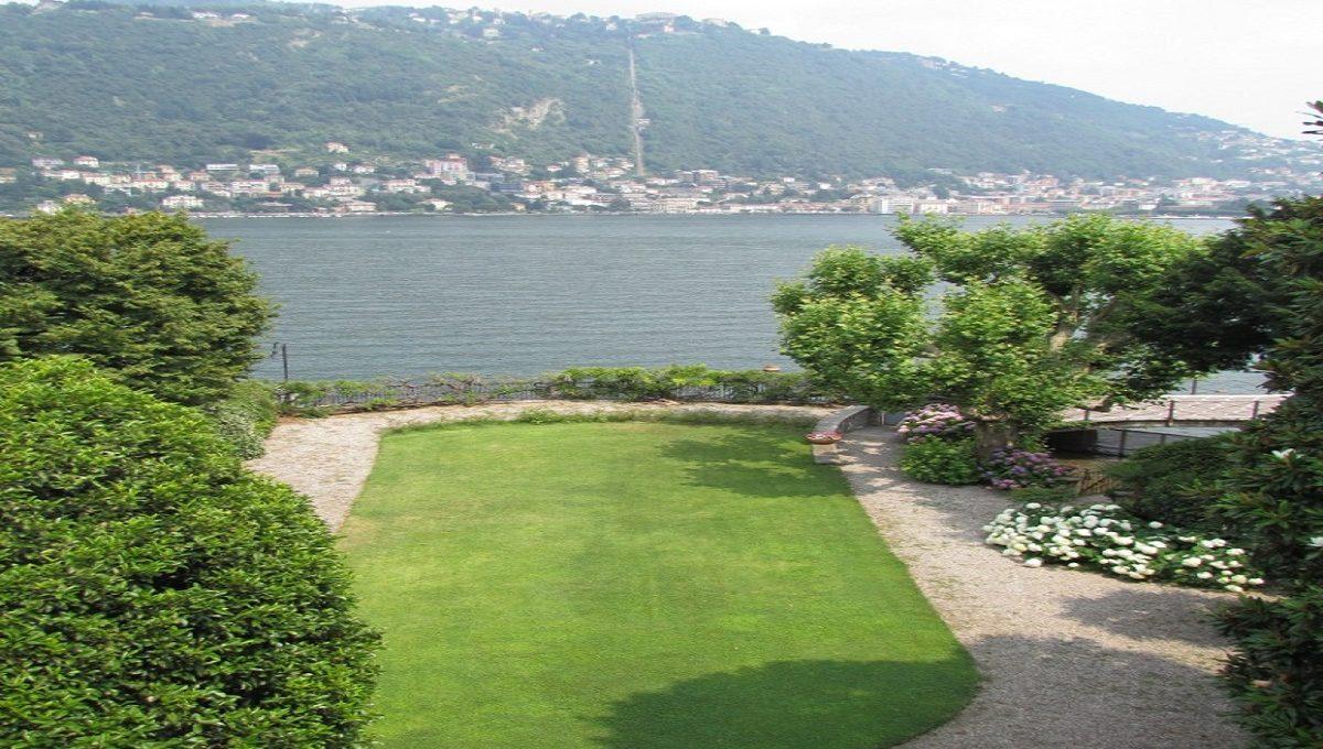 giardino privato fronte lago