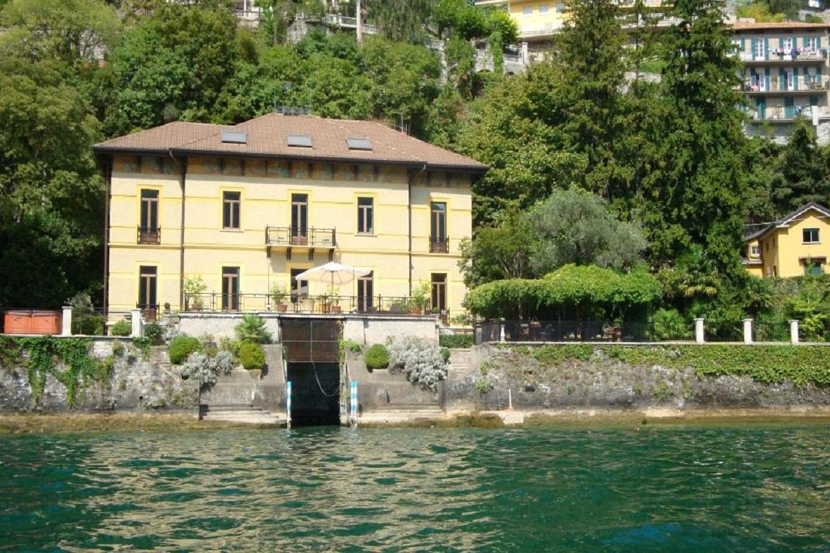 Moltrasio villa fronte lago con piscina