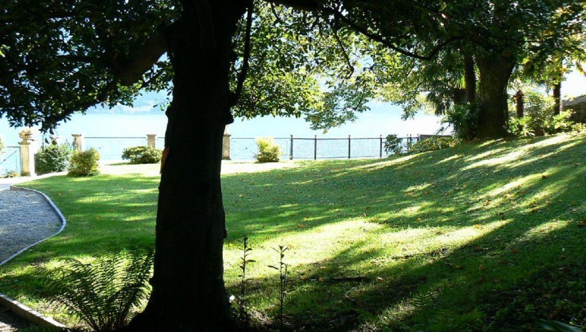 giardino bordo lago