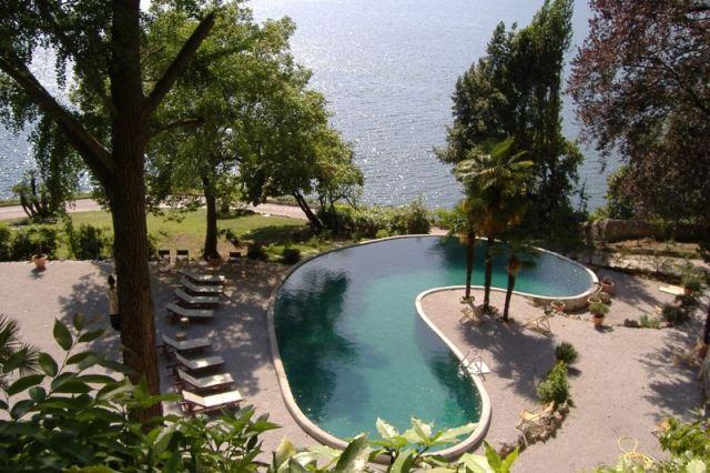 piscina della villa in affitto a Blevio