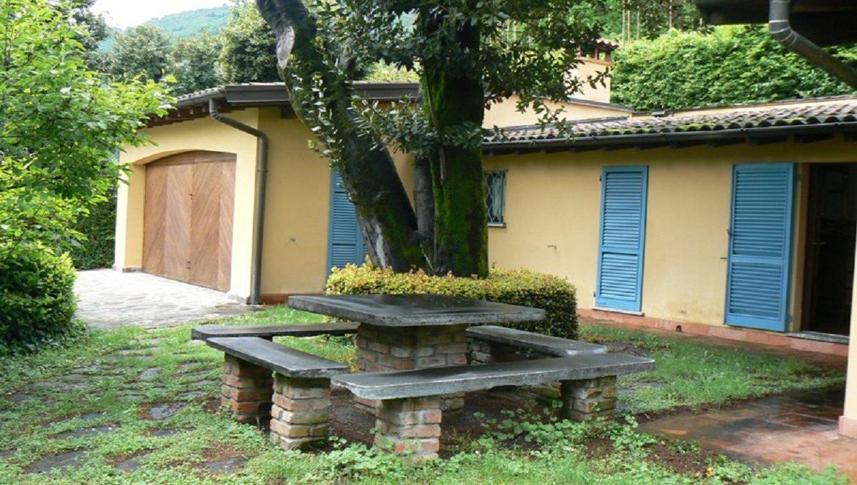 Veduta dal giardino, facciata della villa e garage