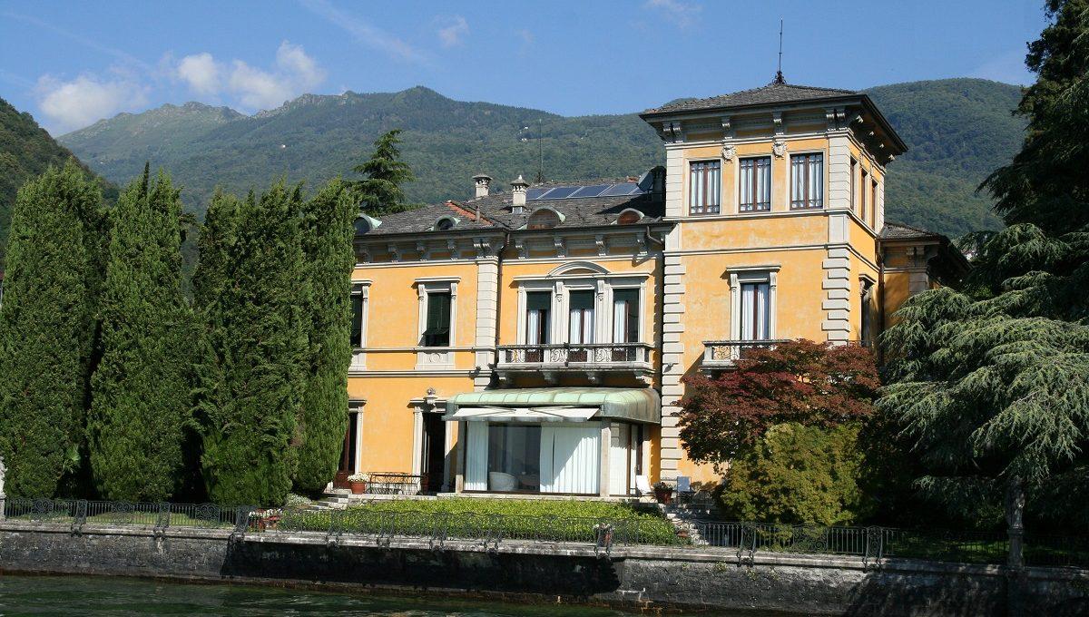 Veduta della villa dal lago di Como