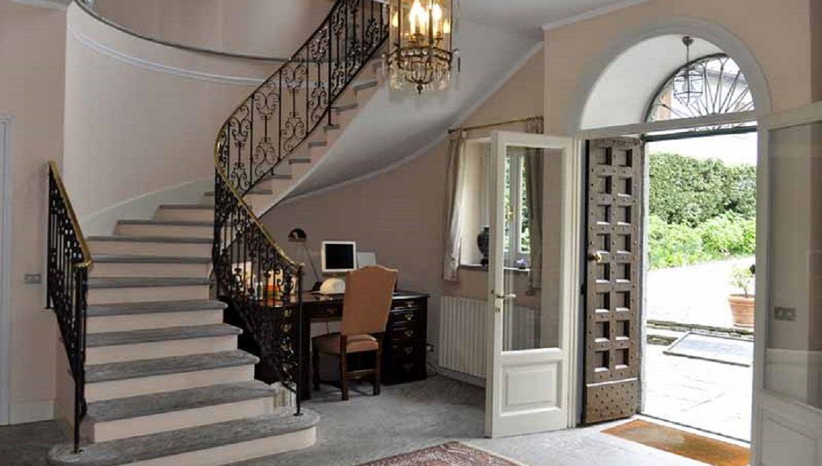 Ingresso e ampia scalinata in pietra