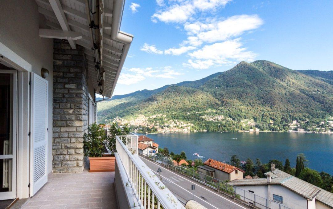 Moltrasio appartamento in vendita vista laterale dell'immobile vista e balconata