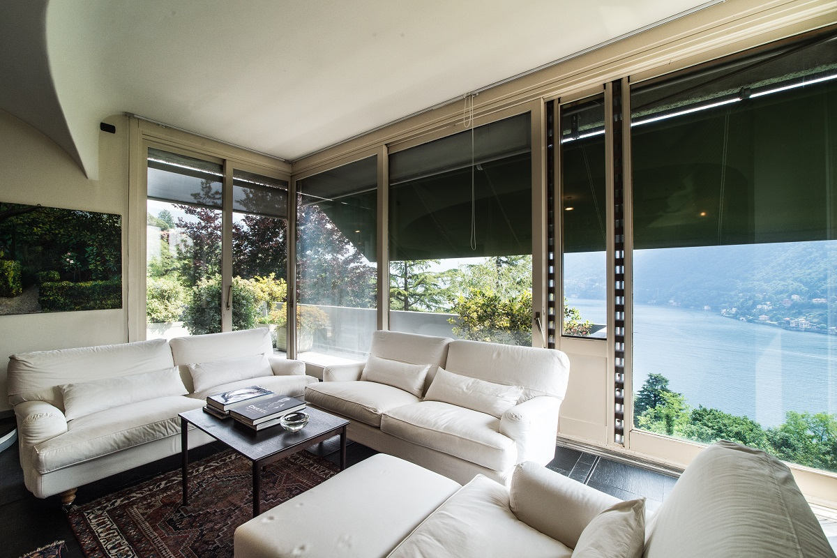 Soggiorno con vetrate vista lago tettamanti real estate