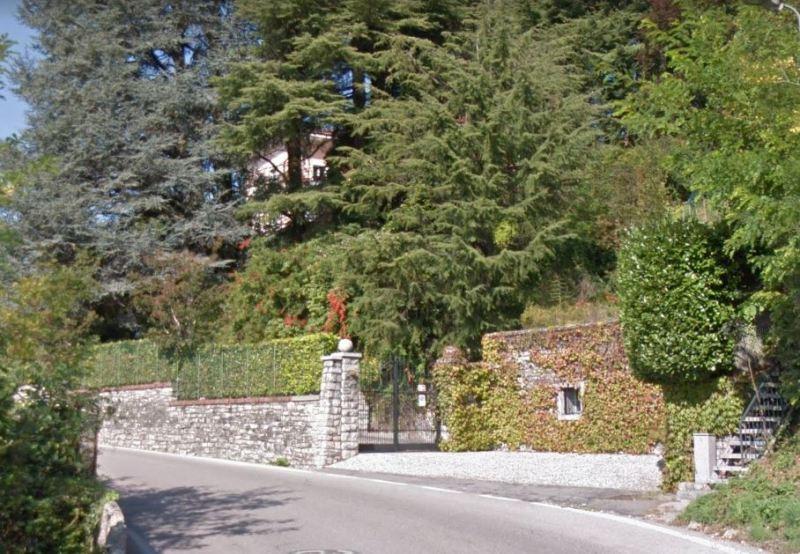 ingresso della lussuosa villa a San Fedele Intelvi