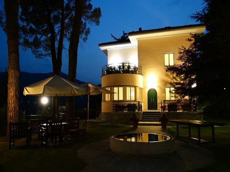 Villa con illuminazione serale