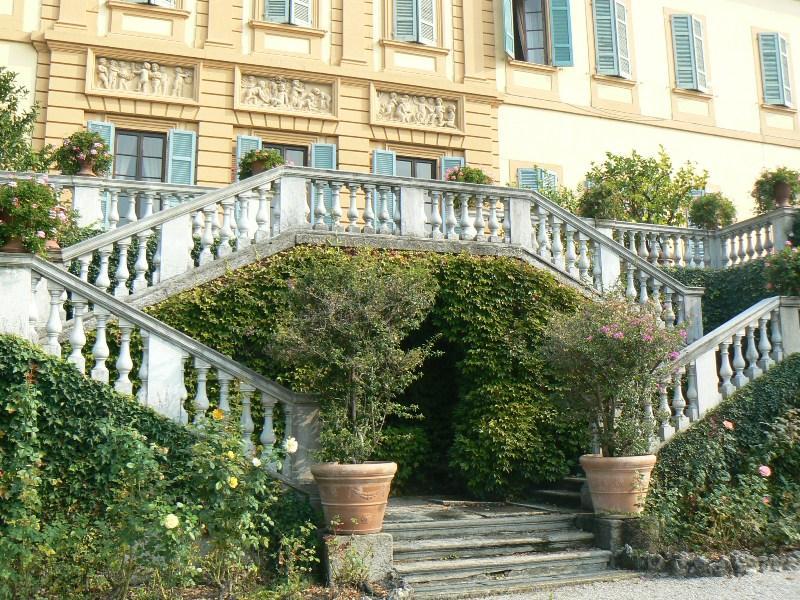 il grande terrazzo della storica villa in vendita