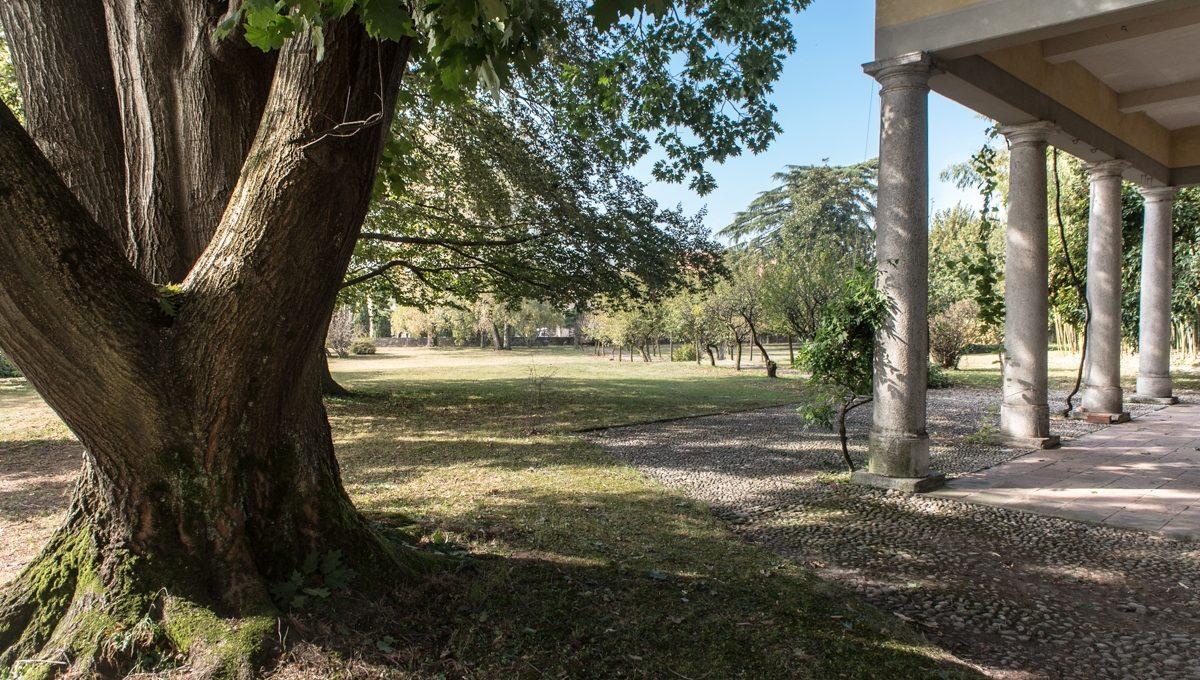 portico e ampio parco