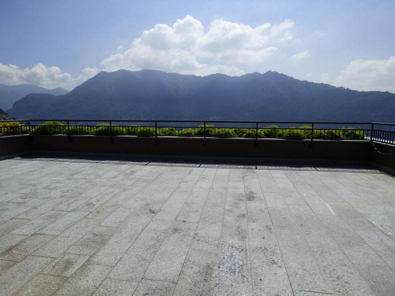 ampio terrazzo vista lago