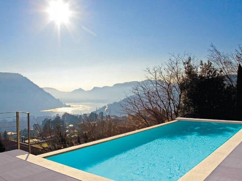 Piscina a sfioro vista lago di Como