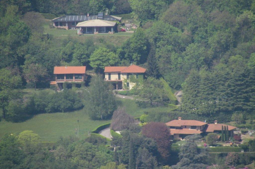 villa con ampio giardino vista città e lago