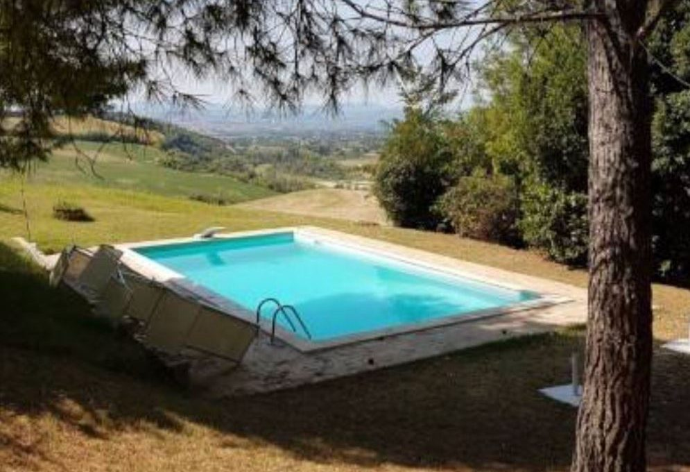 piscina vista campagna marchigiana