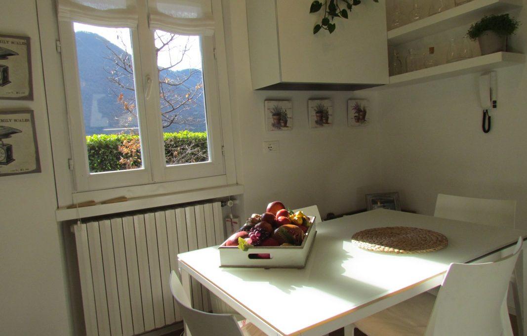 cucina con vista lago e giardino