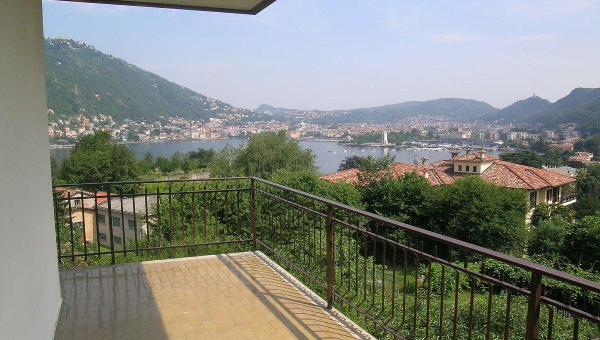 balcone vista lago di como e città