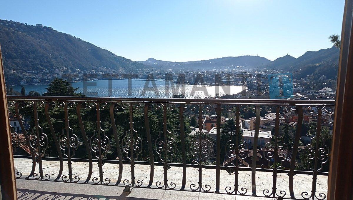 Balcone vista lago e città como